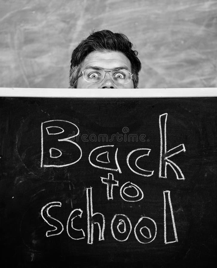 De leraar of het schoolhoofd stemmen in met inschrijving terug naar school Het hoogtepunt van het lerarenleven van spanning Leraa stock afbeeldingen