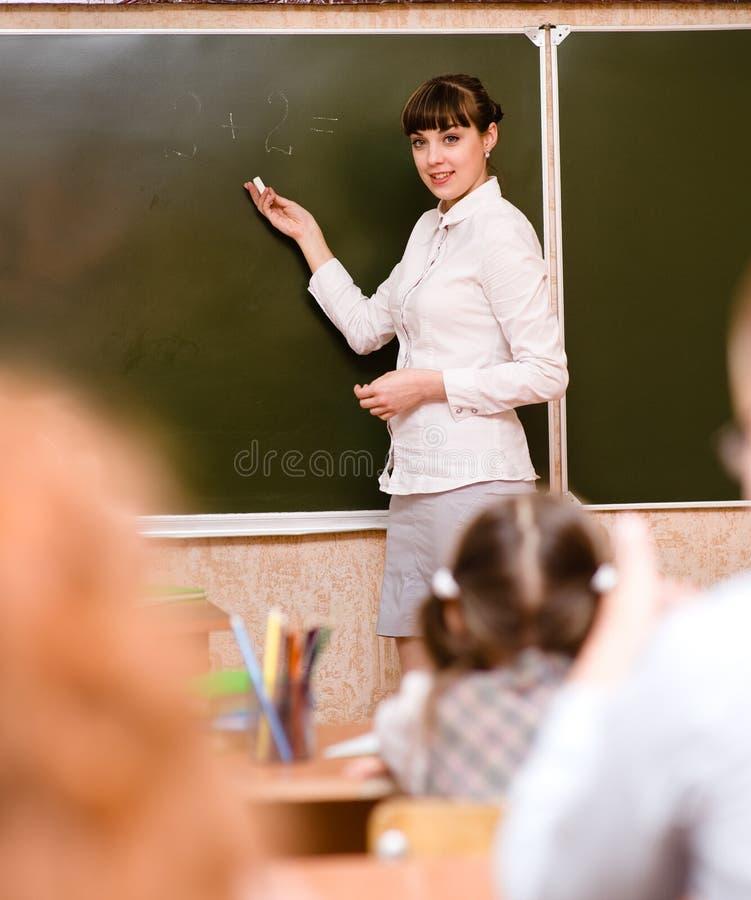 De leraar onderwijst studenten in klaslokaal royalty-vrije stock foto