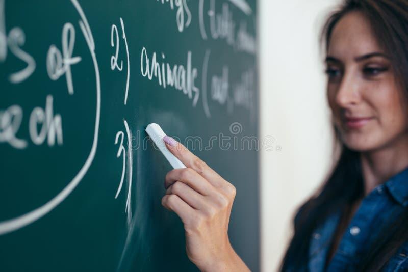 De leraar schrijft Engelse regels op het bord Leer taal royalty-vrije stock foto's