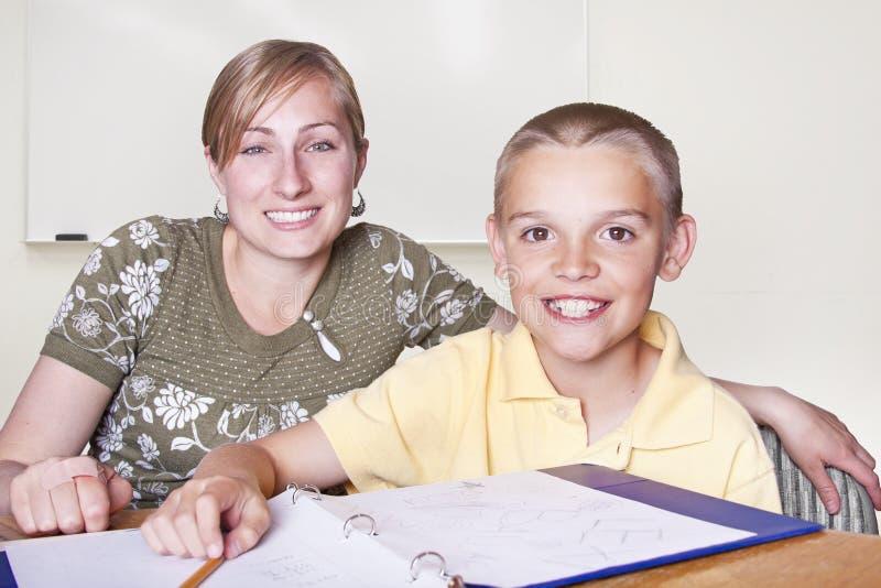 De Leraar van de Basisschool en haar student stock foto's