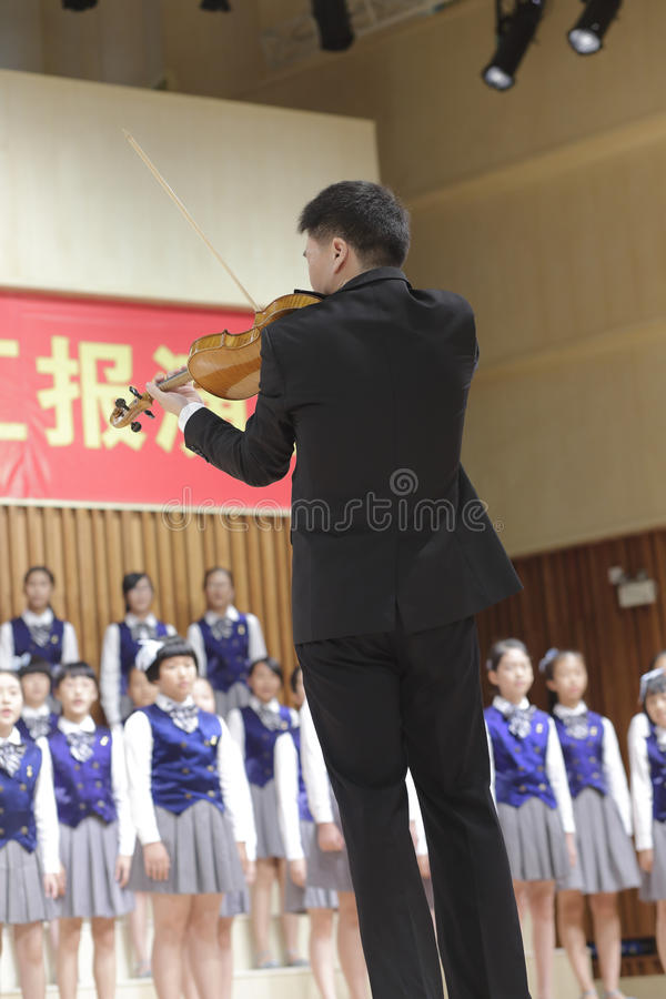 De leraar xuxin speelt de viool en het gedrag royalty-vrije stock fotografie