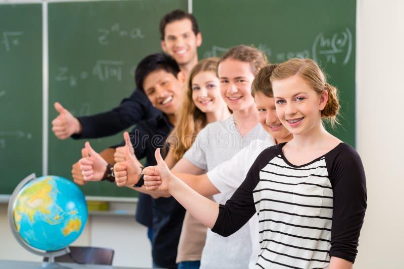 De leraars motiverende studenten van de schoolklasse stock afbeelding