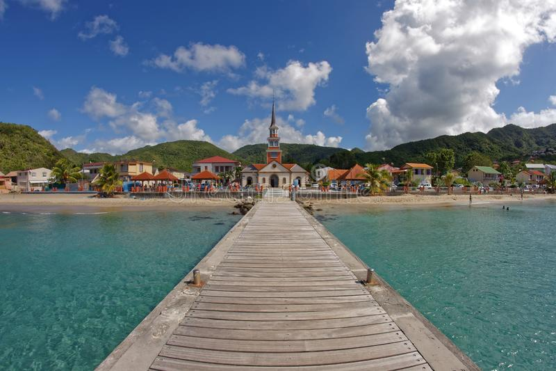 ` De Les Anses d Arlet - Martinique - vue à la ville et à l'église du pilier images stock