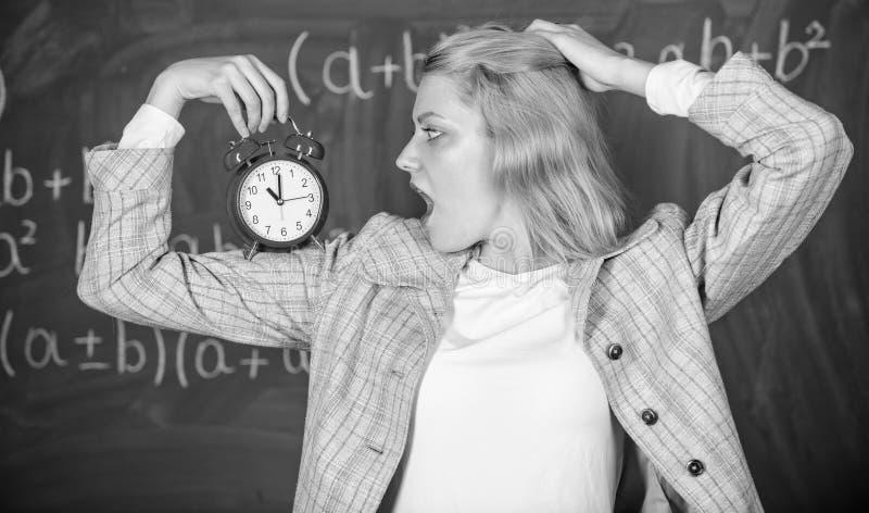 De les van het opvoederbegin Zij geeft om discipline De greepwekker van de vrouwenleraar Het concept van het lessenprogramma Tijd royalty-vrije stock fotografie