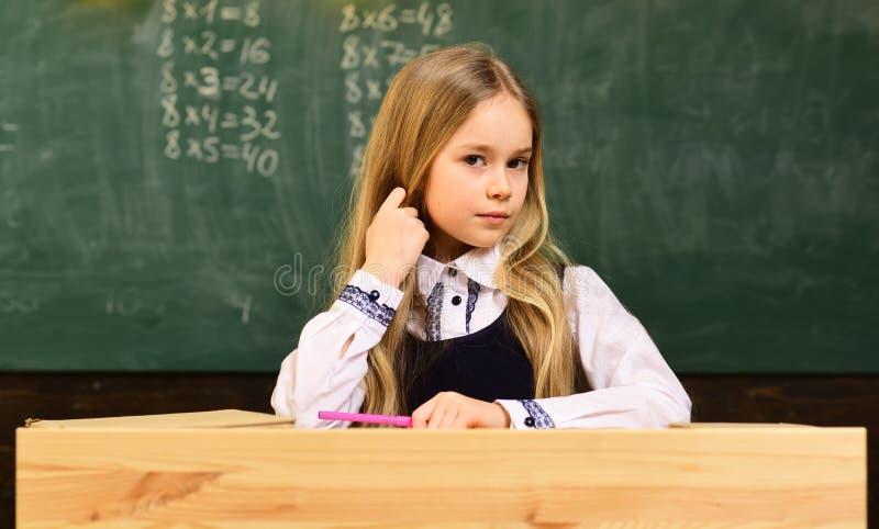 De les van Math klein jong geitje bij wiskundeles wiskundeles voor leuk kind wiskundeles op moderne school zeker in haar stock fotografie