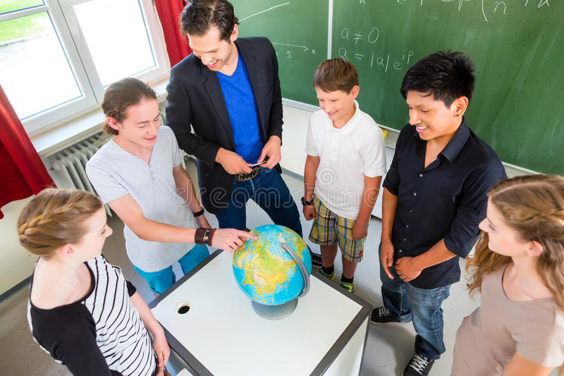 De lessen van de de studentenaardrijkskunde van het leraarsonderwijs in school royalty-vrije stock foto