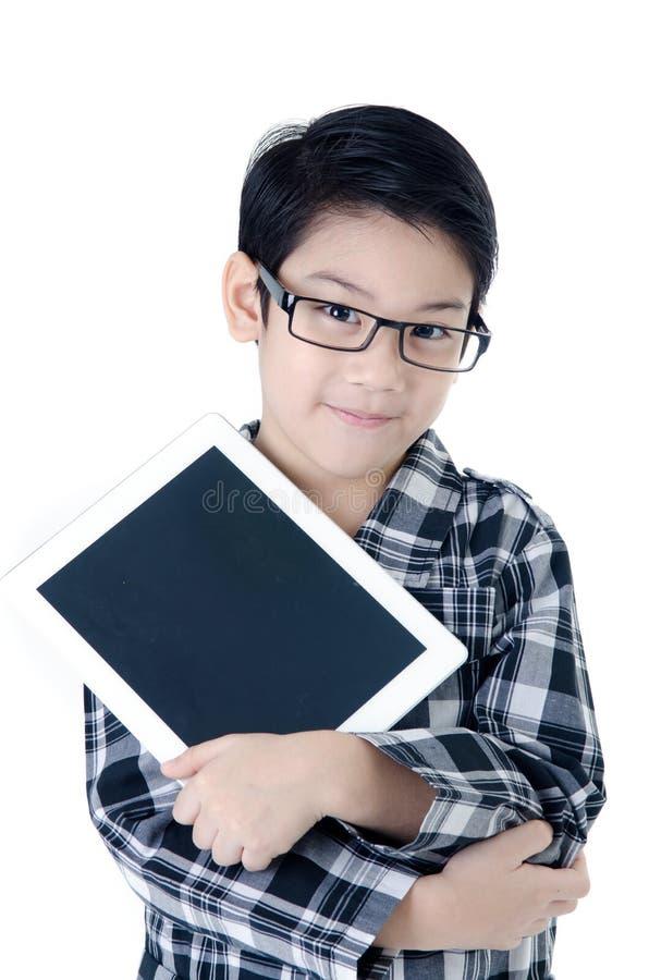 De leuke Aziatische jongen van Thailand met tabletcomputer op geïsoleerde backgro stock foto's