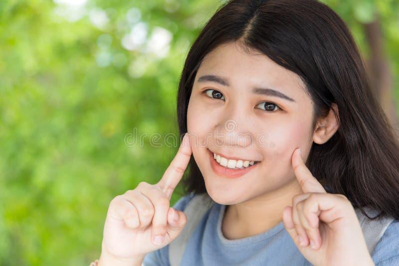 De leuke Aziatische student van de glimlach jonge tiener portait met gezonde goede tanden stock foto's