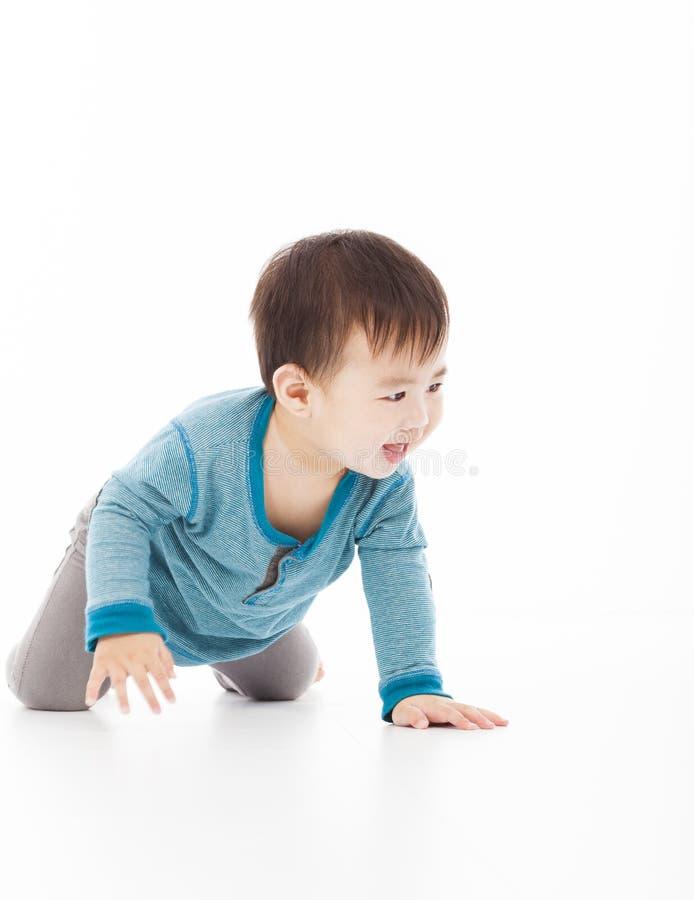 De leuke babyjongen kruipt op vloer royalty-vrije stock afbeelding
