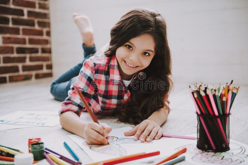 De leuke Beelden van de Meisjestekening met Kleurenpotloden stock foto's