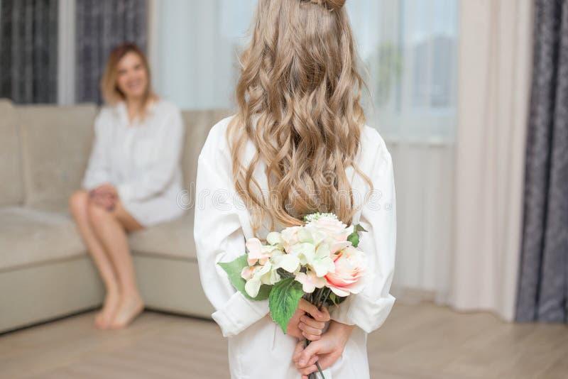 De leuke dochter geeft haar moederbloemen royalty-vrije stock fotografie