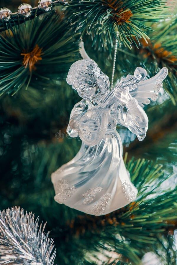 De leuke engel is een glasstuk speelgoed die en de Kerstboom hangen verfraaien royalty-vrije stock afbeeldingen
