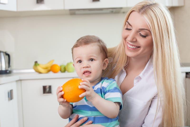 De leuke familie eet vruchten in de keuken royalty-vrije stock afbeeldingen