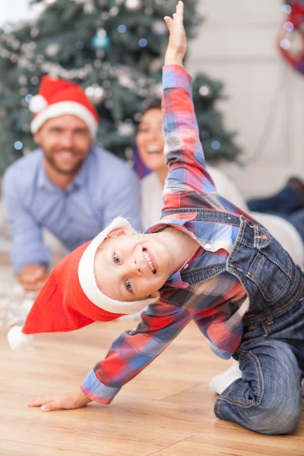 De leuke familie maakt pret dichtbij Kerstmisspar stock fotografie