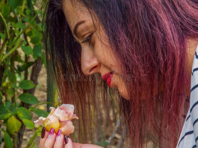 De leuke gezichtsvrouw die van de geur eerste genieten nam toe royalty-vrije stock fotografie