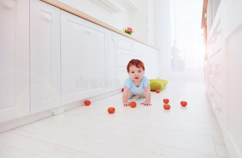 De leuke jongen die van de gemberbaby op de vloer thuis kruipen royalty-vrije stock fotografie