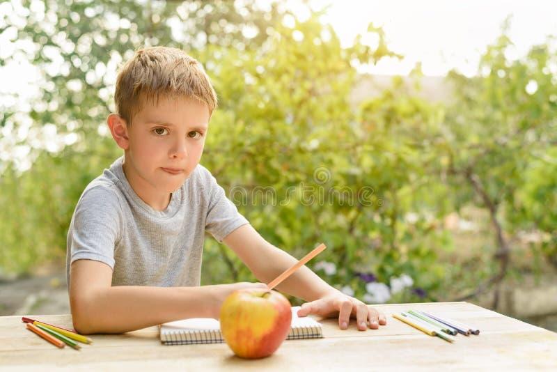 De leuke jongen trekt met potlodenstilleven Hand getrokken vectorillustratie Tuin op de achtergrond Creatief concept royalty-vrije stock foto's