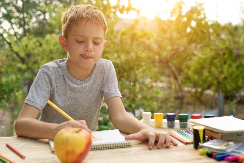 De leuke jongen trekt met potlodenstilleven Hand getrokken vectorillustratie Tuin op de achtergrond Creatief concept royalty-vrije stock afbeelding