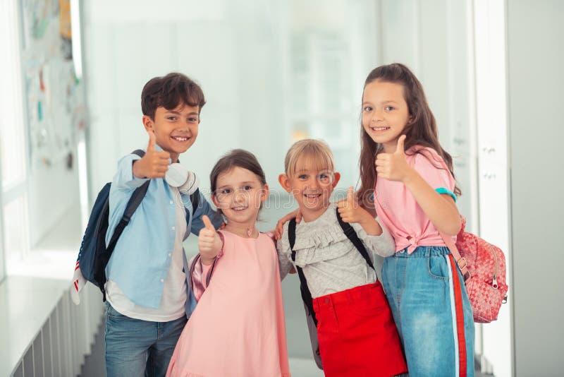 De leuke kinderen die het modieuze kleren tonen dragen beduimelt omhoog royalty-vrije stock foto