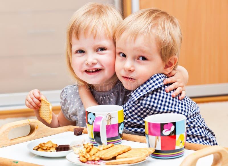 De leuke kinderen eten dessert royalty-vrije stock afbeeldingen