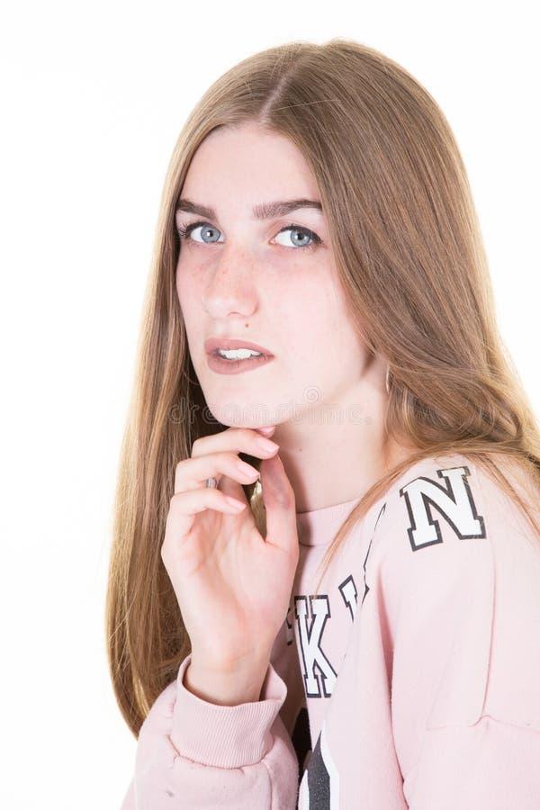 De leuke mooie studente die van de tieneruniversiteit haar gezicht houden stock fotografie