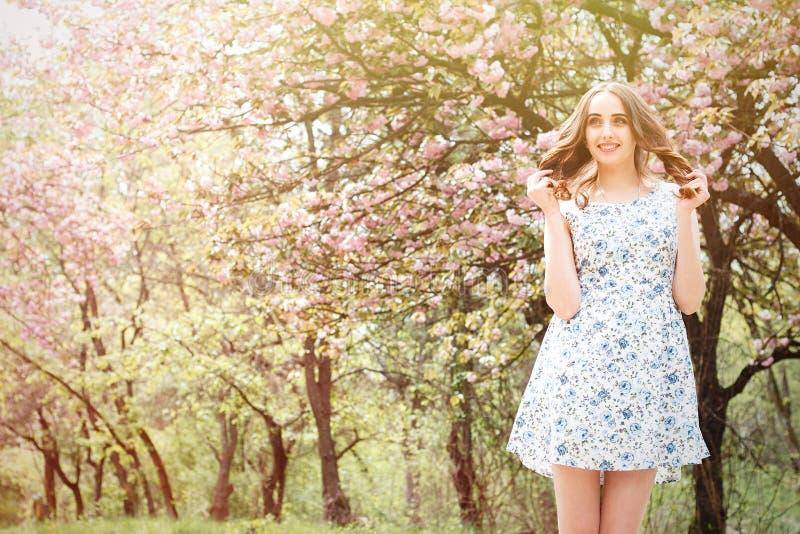 De leuke mooie vrouw of het meisje in een kleding bevinden zich op een backgro stock afbeeldingen