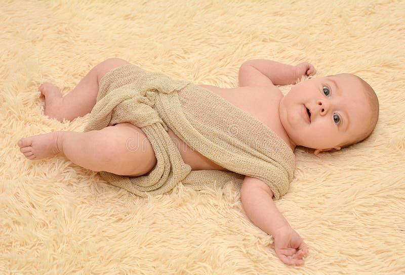 De leuke pasgeboren baby ligt royalty-vrije stock foto's