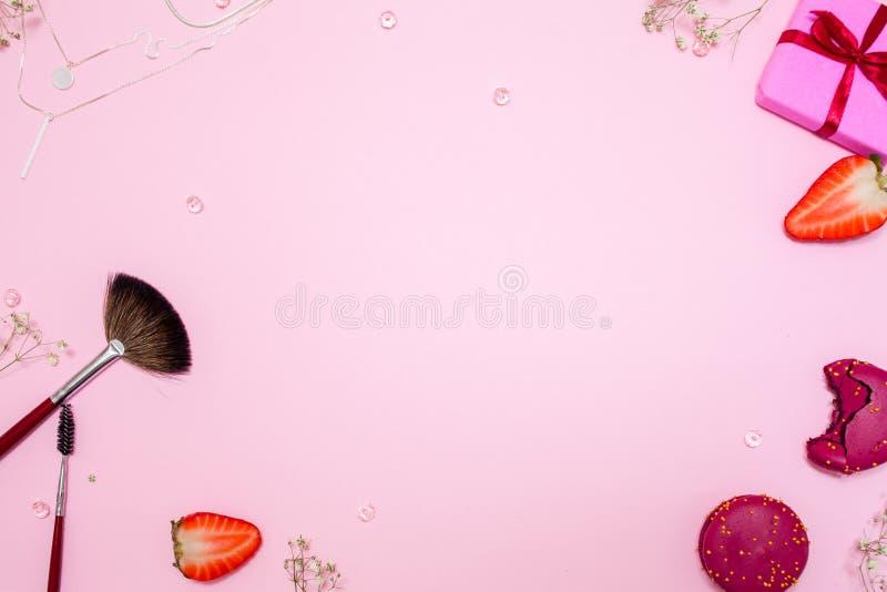 De leuke roze vlakte legt, malplaatje met beschikbare ruimte in het centrum voor uw ontwerp Betoverende stijl stock afbeelding