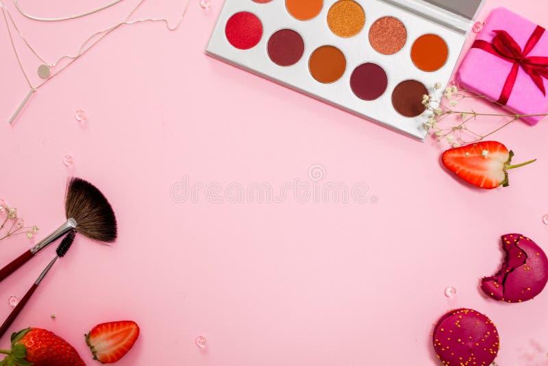 De leuke roze vlakte legt, malplaatje met beschikbare ruimte in het centrum voor uw ontwerp Betoverende stijl royalty-vrije stock afbeeldingen