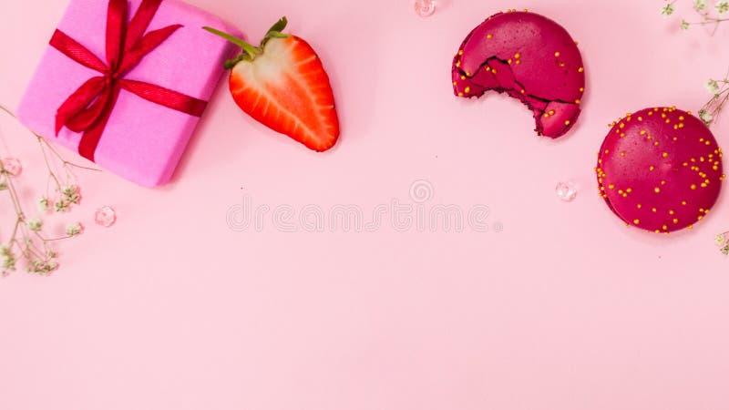 De leuke roze vlakte legt, malplaatje met beschikbare ruimte in het centrum voor uw ontwerp Betoverende stijl royalty-vrije stock foto