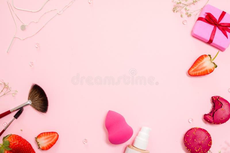 De leuke roze vlakte legt, malplaatje met beschikbare ruimte in het centrum voor uw ontwerp Betoverende stijl royalty-vrije stock afbeelding