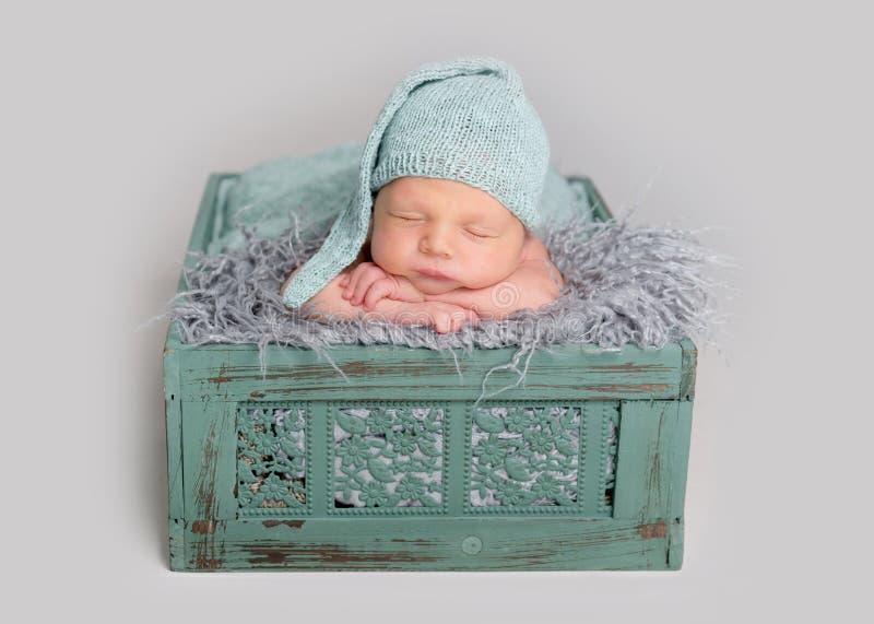 De leuke slaap van de babyjongen in houten doos royalty-vrije stock foto's