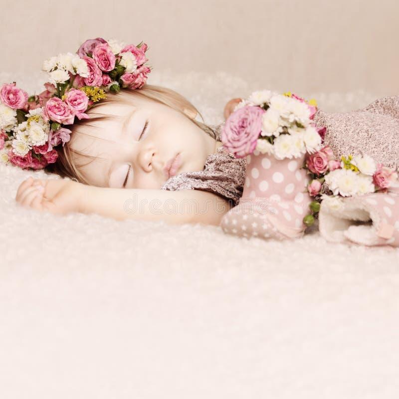 De leuke slaap van het babymeisje met bloemenwijnoogst royalty-vrije stock afbeelding