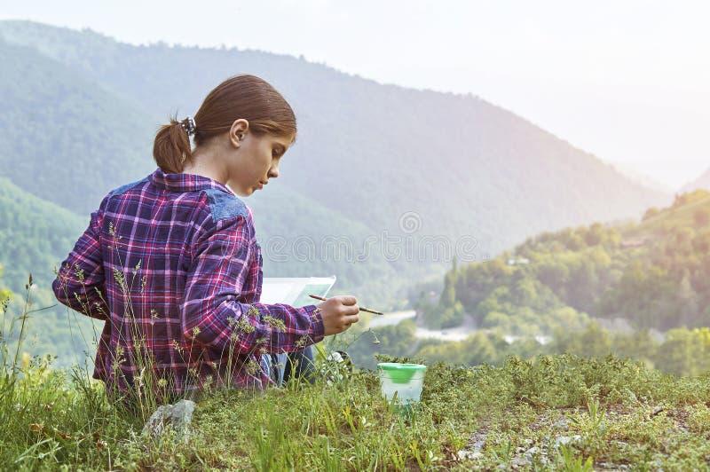 De leuke tekening van het tienermeisje met penseel in mooie plaats royalty-vrije stock afbeelding