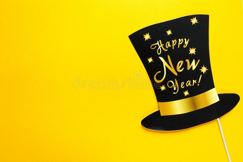 De leuke toebehoren van partijsteunen op kleurrijke gele achtergrond, de gelukkig nieuw viering van de jaarpartij en vakantieconc stock fotografie