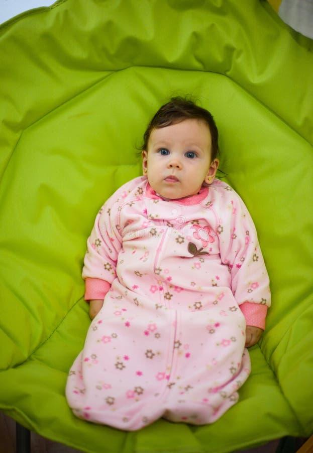De leuke zitting van het babymeisje op stoel royalty-vrije stock foto