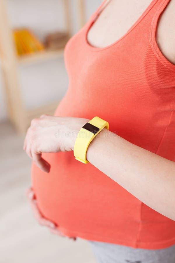 De leuke zwangere vrouw wacht op baby royalty-vrije stock foto