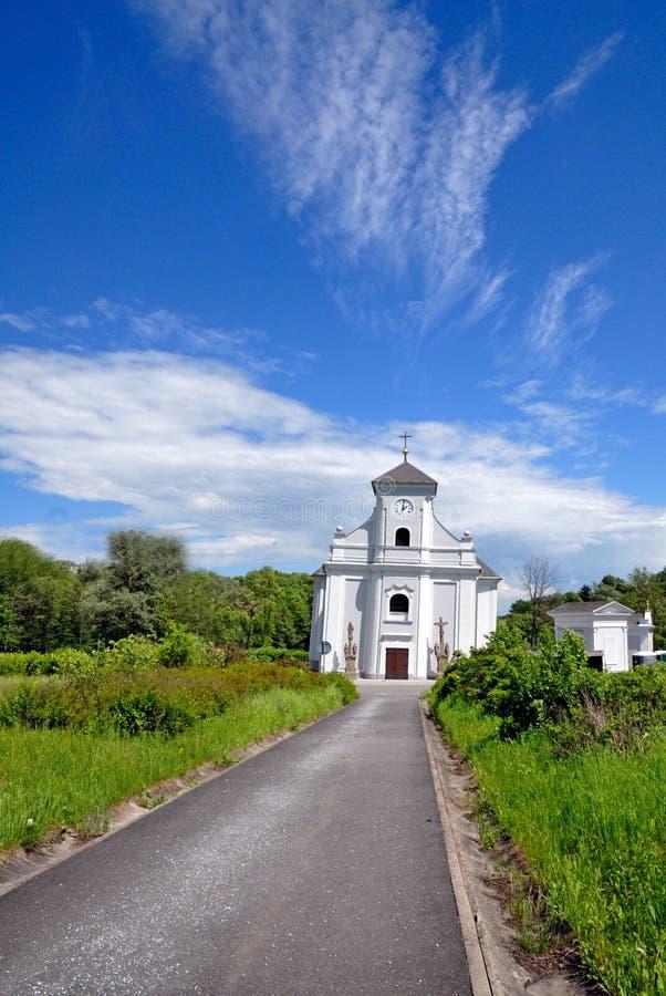 De leunende kerk in Karvina stock afbeeldingen