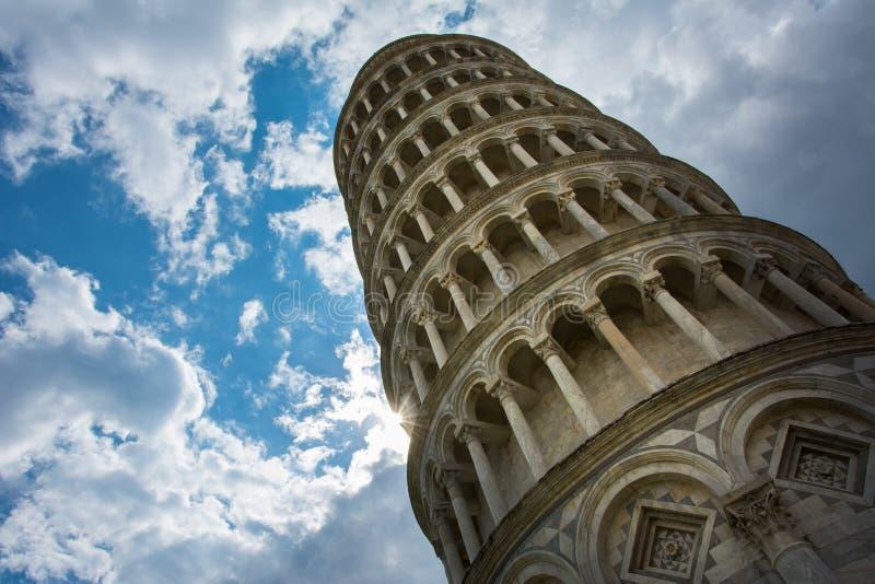 De Leunende Toren van Pisa, Italië, beroemd voor zijn schuine stand, met de bewolkte hemel stock afbeelding