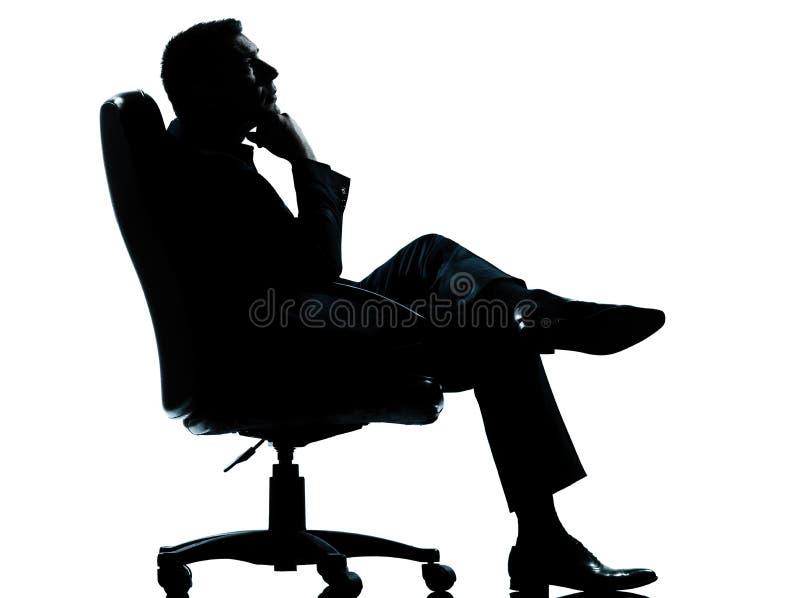 De leunstoel van de bedrijfsmensenzitting het ontspannen silhouet royalty-vrije stock afbeelding