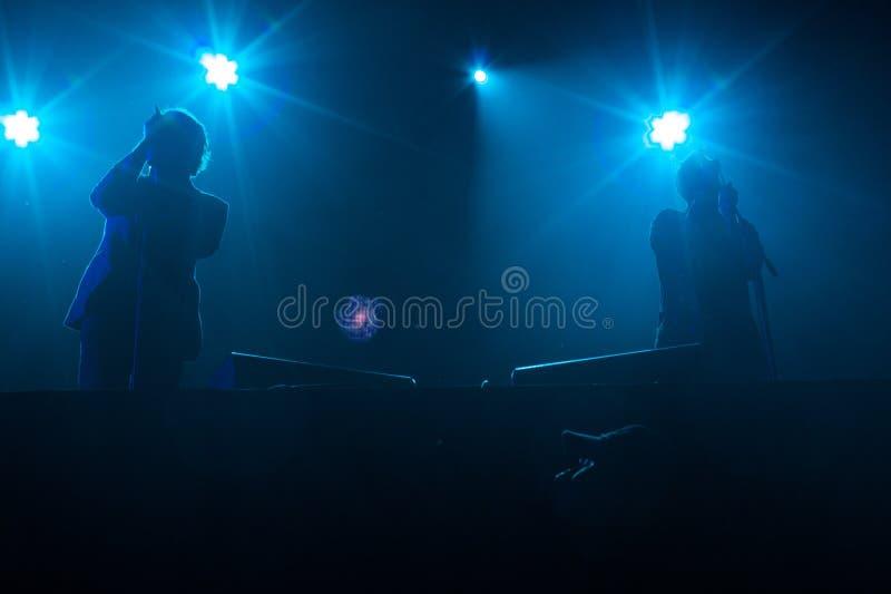 De levende groep UNKLE voert onstage uit royalty-vrije stock fotografie