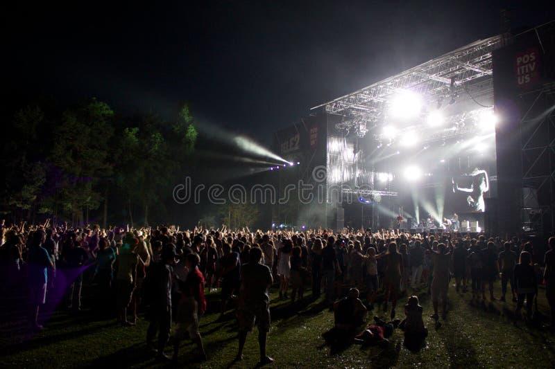 De levende groep UNKLE voert onstage uit stock foto