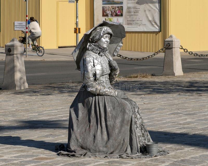 De levende kunstenaar van de standbeeldstraat, Zilveren vrouw, buitenschonbrunn-Paleis, Wenen, Oostenrijk stock afbeeldingen