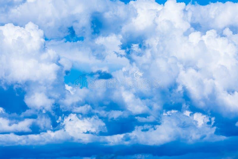 De levendige hemel of hemelachtergrond met witte wolken onder de zonstralen royalty-vrije stock fotografie