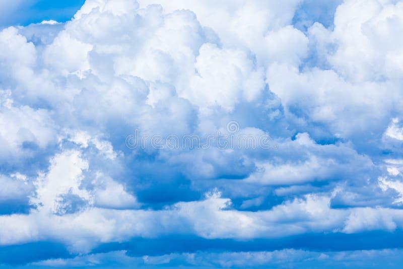 De levendige hemel of hemelachtergrond met witte wolken onder de zonstralen royalty-vrije stock afbeelding
