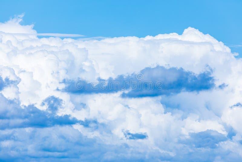 De levendige hemel of hemelachtergrond met witte wolken onder de zonstralen royalty-vrije stock afbeeldingen
