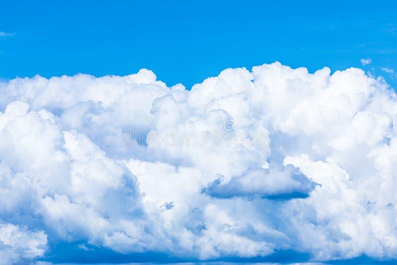 De levendige hemel of hemelachtergrond met witte wolken onder de zonstralen stock fotografie