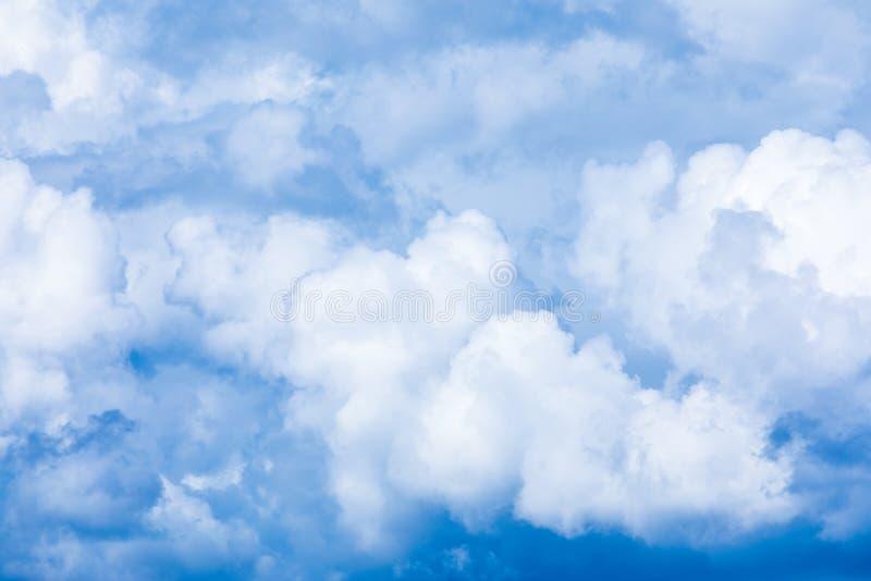 De levendige hemel of hemelachtergrond met witte wolken onder de zonstralen stock afbeeldingen