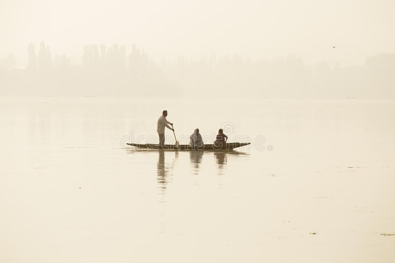 De levensstijl in Dal meer, plaatselijke bevolking gebruikt Shikara, een kleine boot voor vervoer in het meer van de staat van Sr royalty-vrije stock afbeelding