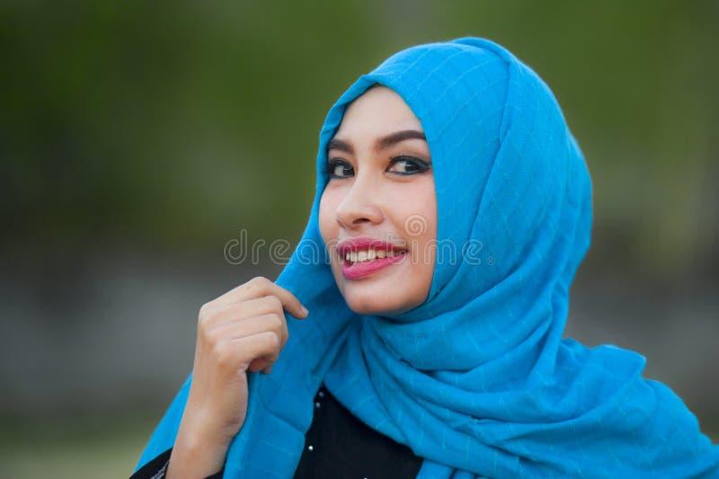 De levensstijl isoleerde portret van jonge mooie gelukkige Aziatische vrouw in hijab het moslim hoofdsjaal stellen aan speels cam stock afbeelding